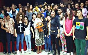 La-cantante-con-gli-studenti-300x187